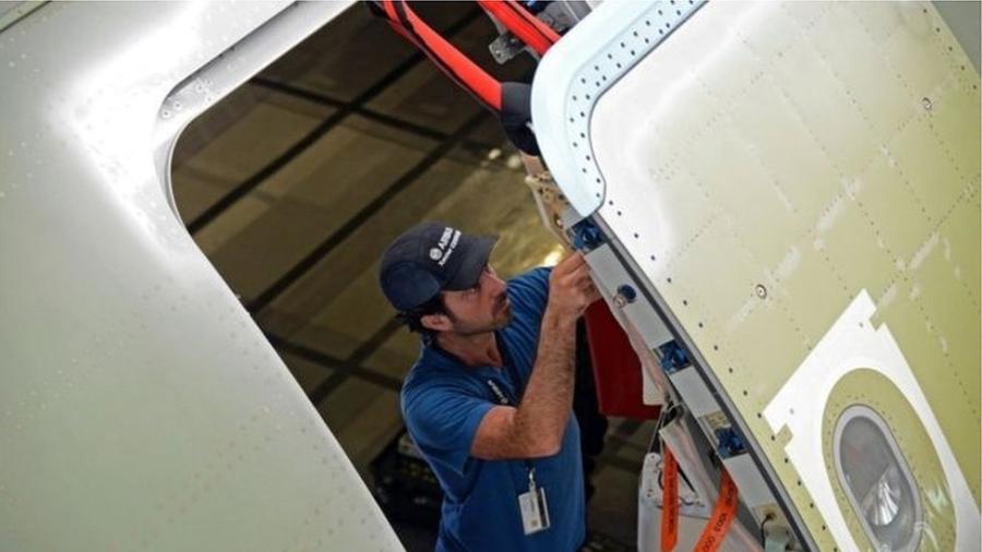 Há alguns dias, passageiro da British Airways tentou abrir a porta dianteira de um avião - Getty Images