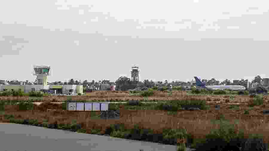 Foto de arquivo mostra Aeroporto Internacional de Mitiga, em Trípoli, que foi alvo de foguetes em 22 de janeiro de 2020 - Mahmud Turkia/AFP