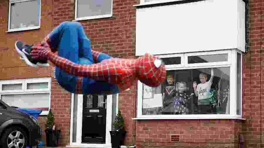 Jason Baird vestido de Homem-Aranha para divertir crianças em Stockport - PHIL NOBLE