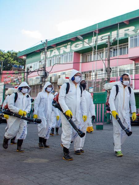 Serviço de sanitização e limpeza é realizado na comunidade da Mangueira, no Rio de Janeiro - JOãO CARLOS GOMES/MYPHOTO PRESS/ESTADÃO CONTEÚDO