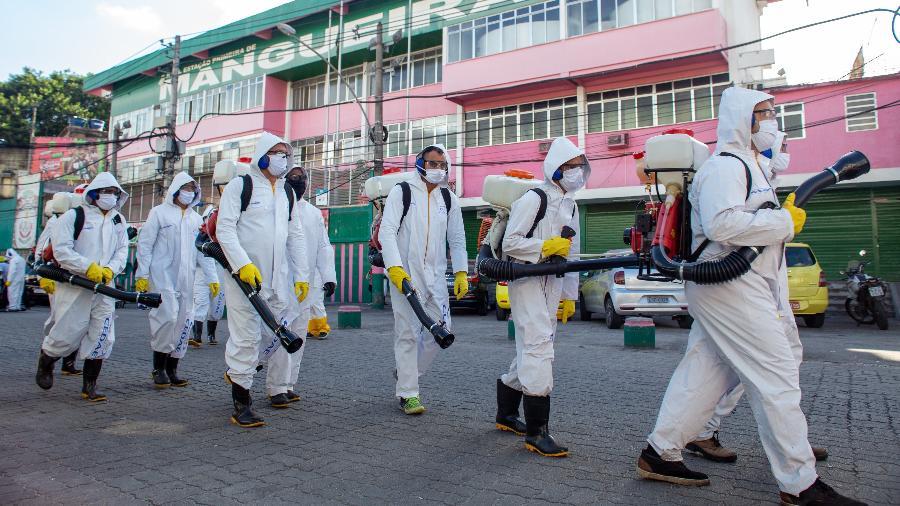 27/04/2020 - Coronavírus: Serviço de sanitização e limpeza é realizado na comunidade da Mangueira, no Rio de Janeiro - João Carlos Gomes/MyPhoto Press/Estadão Conteúdo