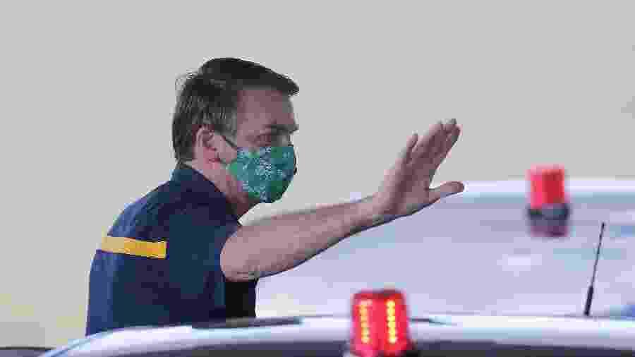 Bolsonaro, de máscara do Palmeiras, acena na tarde de hoje a apoiadores na porta do Palácio da Alvorada - Dida Sampaio/Estadão Conteúdo