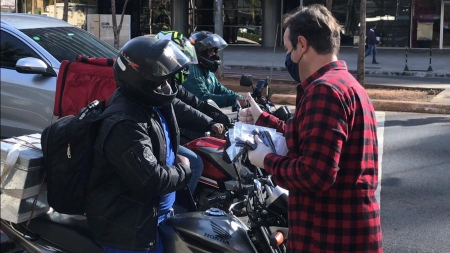 Voluntários entregam máscaras e luvas a entregadores - Divulgação