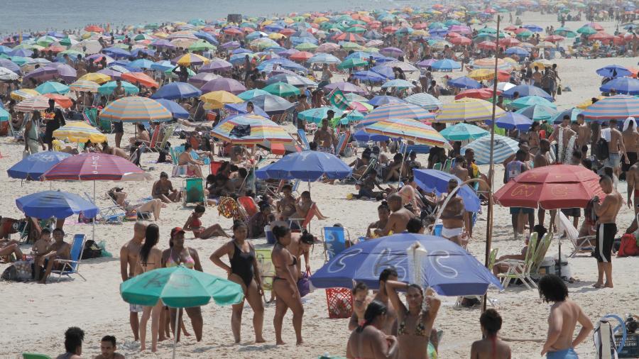Movimentação na praia de Ipanema em dia de forte calor na cidade do Rio de Janeiro -  LUIZ GOMES/ESTADÃO CONTEÚDO