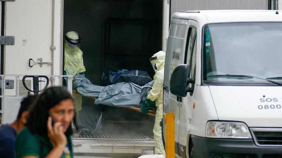 Funcionários do Hospital Pronto-Socorro João Lúcio, em Manaus, retiram corpo de vítima da covid-19 de contêiner frigorífico, no dia 4 de janeiro - Sandro Pereira/Estadão Conteúdo
