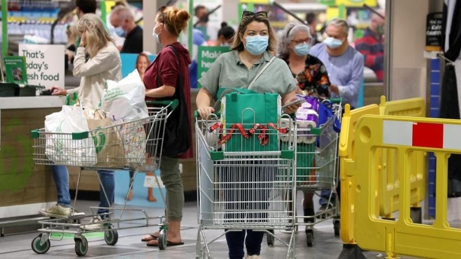 31.jul.2021 - Moradores de Brisbane, na Austrália, fazem compras em um supermercado antes de a cidade entrar em lockdown - Patrick Hamilton/AFP