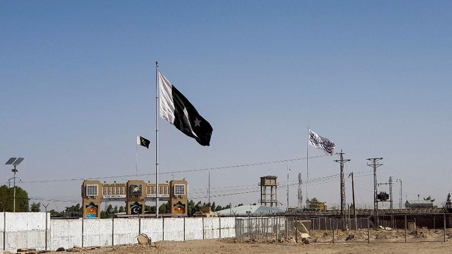 12.ago.2021 - Vista geral da bandeira do Paquistão e da bandeira do Talibã ao fundo, vista do ponto de passagem do Portão da Amizade na cidade de Chaman, na fronteira do Paquistão com o Afeganistão - Abdul Khaliq Achakzai/Reuters