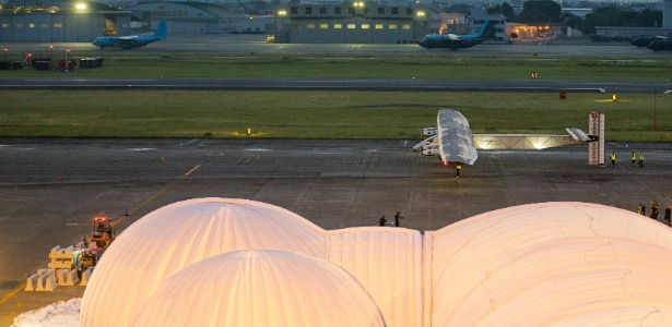 Equipe de apoio leva o avião Solar Impulse 2 para seu hangar no aeroporto de Nagoia - Thomas Peter/ Reuters