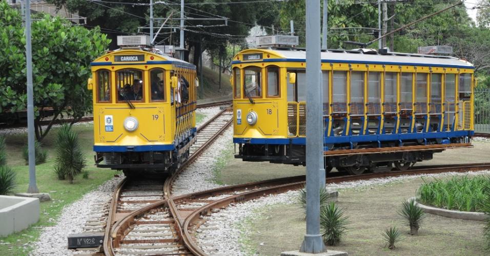27.jul.2015 - Bonde chega na estação à Carioca, no centro do Rio de Janeiro, na manhã desta segunda-feira (27), primeiro dia de pré-operação do sistema