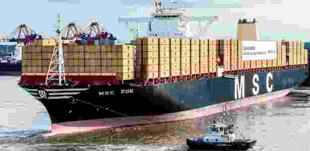 """2.ago.2015 - O maior navio transportador de contêineres do mundo foi batizado neste domingo no porto de Hamburgo (norte da Alemanha) como """"MSC Zoe"""", em alusão ao nome de uma das netas do fundador e presidente da empresa MSC, Gianluigi Aponte. O navio tem 395,4 metros de comprimento e capacidade para transportar 19.224 contêineres - Markus Scholz/EPA/EFE - Markus Scholz/EPA/EFE"""