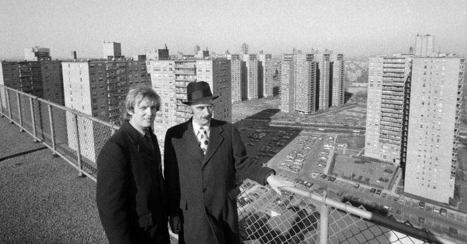 11.jan.1973 - Ao longo de sete décadas de construção de casas e edifícios por todo o Brooklyn e Queens, Fred Trump (direita) ganhou a reputação de um empreendedor meticuloso