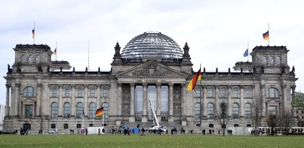 """""""Brincadeira"""" em frente ao parlamento alemão não foi perdoada pelas autoridades locais"""
