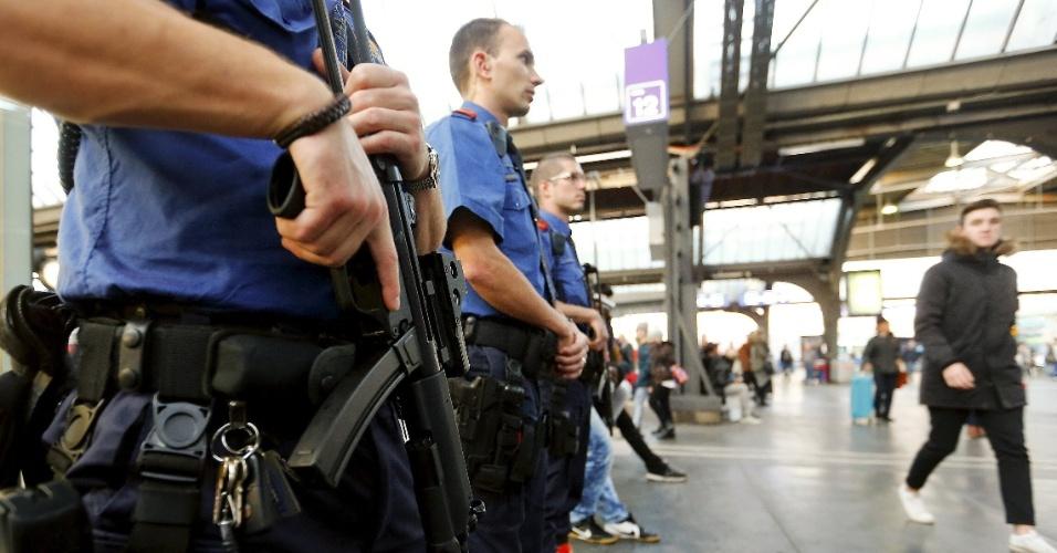 15.nov.2015 - Policiais suíços reforçam a segurança na principal estação ferroviária de Zurique, na Suíça. O governo local anunciou o aumento da presença da polícia nas principais estações e aeroporto da capital após os ataques terroristas de Paris, que deixaram ao menos 129 pessoas mortas