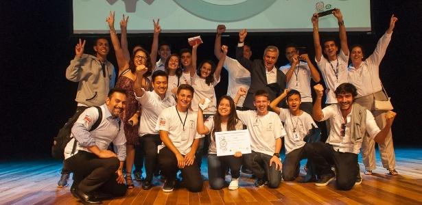 Márcio Utsch (de paletó) entre os adolescentes participantes do Prêmio Miniempresa