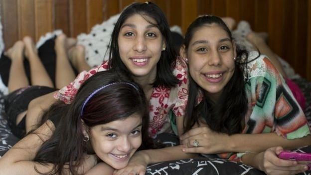 """12.jan.2016 - Mãe de adolescentes com microcefalia ajuda nova geração a desafiar limites. """"No nosso dia a dia não existe deficiência. Claro que é preciso ter um pouco mais de atenção, mas elas são como eu"""", diz irmã mais nova das adolescentes"""