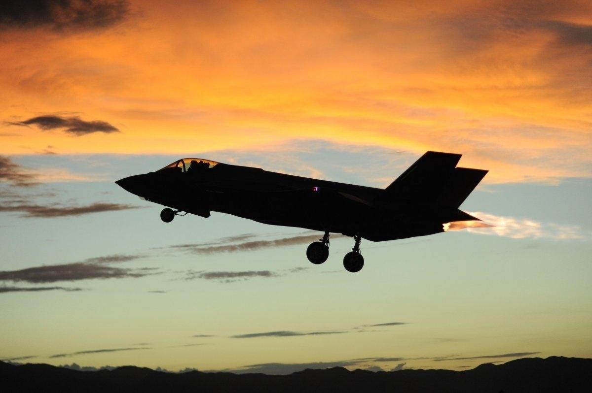 13.jan.2016 - No dia 28 de julho de 2015, um F-35 A Lightning II foi fotografado durante voo do 61° esquadrão de caça na base aérea de Luke, no Arizona, Estados Unidos