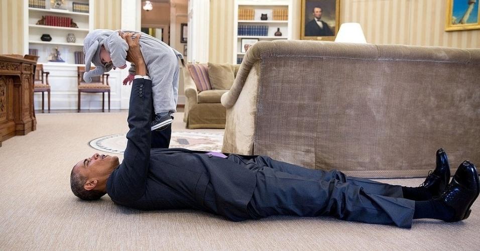 23.jan.2016 - Esta imagem curiosa publicada por Barack Obama na última sexta (22) viralizou. A foto do presidente dos Estados Unidos brincando com uma criança não identificada no chão do Salão Oval da Casa Branca já ultrapassa as 500 mil curtidas e os 20 mil compartilhamentos no Facebook. Obama deixa o cargo no fim deste ano