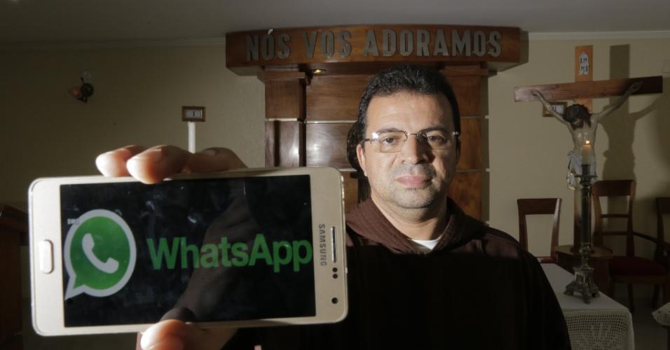 """17.fev.2016 - Frei Arilson Lopes, pároco de Capuchinhos (Belém), sugeriu aos fiéis que passarem a Quaresma sem usar o WhatsApp e o Facebook. Alguns católicos aderiram ao """"jejum"""" de redes sociais"""