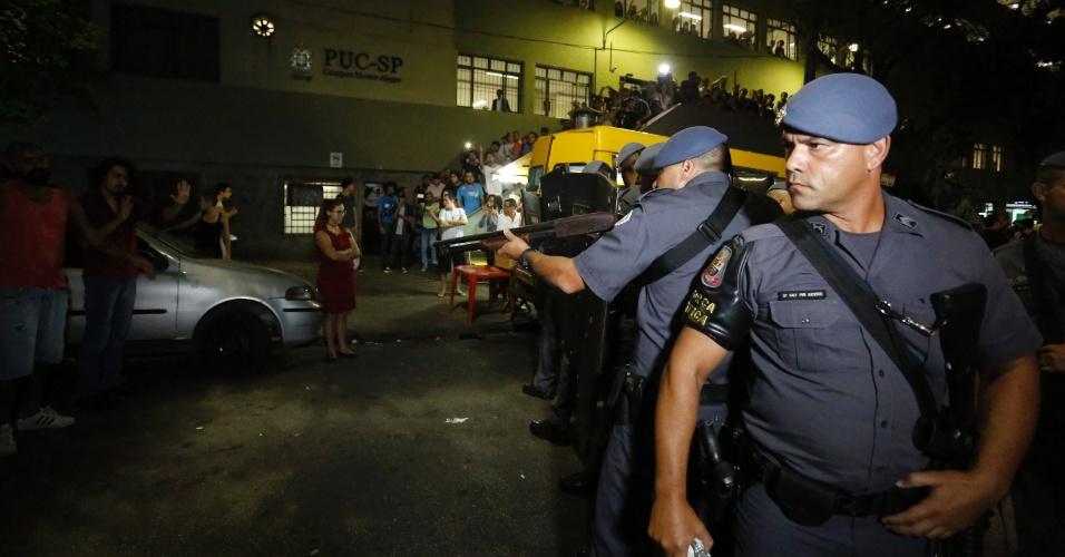 21.mar.2016 - Polícia Militar reprime manifestantes na PUC-SP. Balas de borracha e bombas de efeito moral foram utilizadas após tumulto entre ativistas contrários e favoráveis ao impeachment da presidente Dilma Rousseff