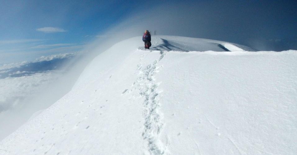 21.abr.2016 - Mulheres indígenas aimarás escalam o monte Illimani, nos arredores de La Paz, na Bolívia. Com idades entre 42 e 50 anos, elas já escalaram cinco montanhas bastante conhecida dos montanhistas: Acotango, Parinacota, Pomarapi, Huayna Potosi e o famoso Illimani, o maior dos cinco. Todos eles ficam a mais de 6.000 metros acima do nível do mar