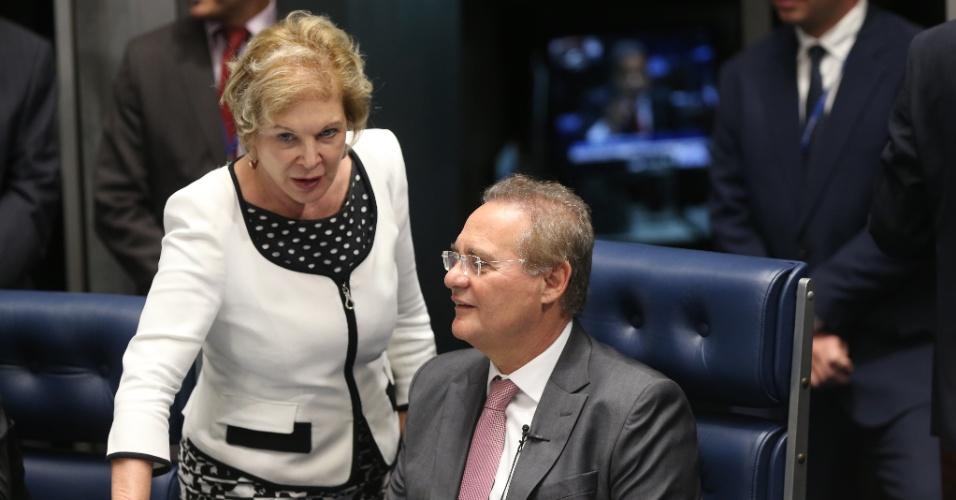 25.abr.2016 - A senadora Marta Suplicy (PMDB-SP) conversa com o presidente do Senado, Renan Calheiros (PMDB-AL) durante sessão que define a composição da comissão que analisará o impeachment da presidente Dilma Rousseff no Senado