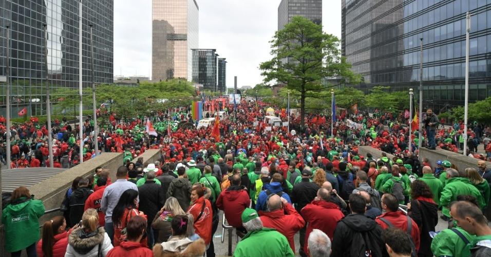 24.mai.2016 - Manifestantes protestam em Bruxelas, capital da Bélgica, contra propostas de reforma trabalhista apresentadas pelo governo do país. Sindicatos belgas convocaram trabalhadores do país a participar de um grande protesto nacional contra o plano de reformas