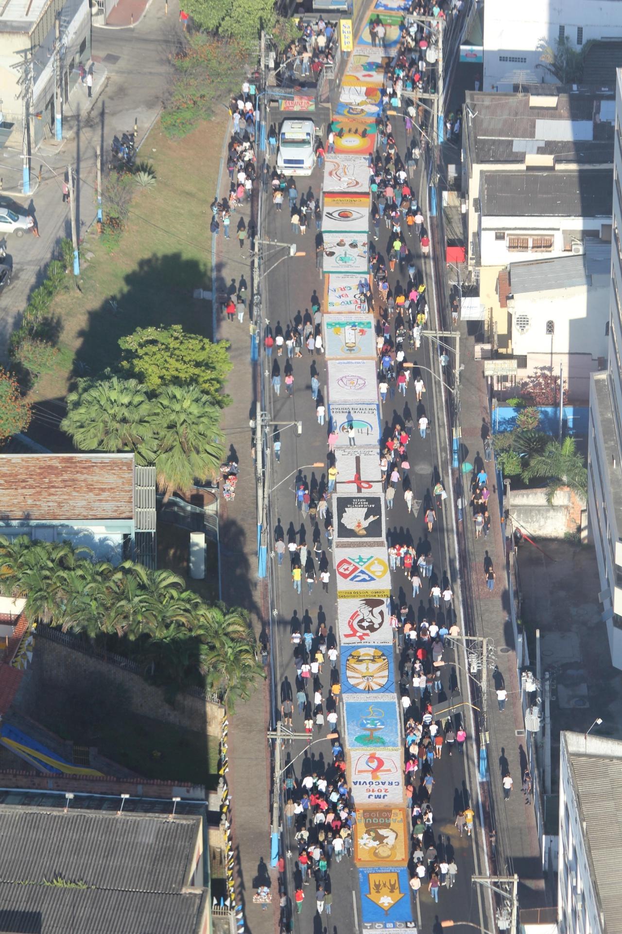26.mai.2016 - Imagem aérea mostra o tapete montado por fiéis na região da Catedral do Rio de Janeiro para celebrar o Corpus Christi nesta quinta