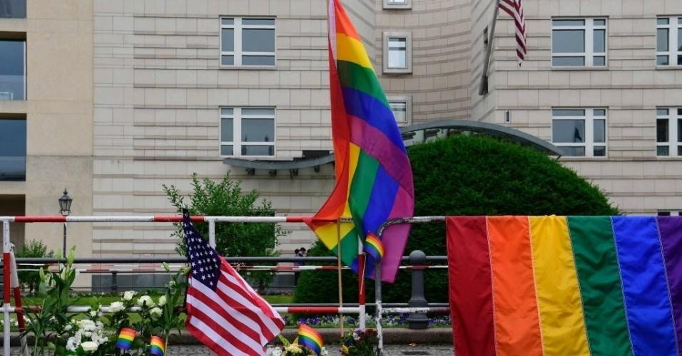 13.jun.2016 - Flores e cartazes são colocados em frente à embaixada dos Estados Unidos em Berlim, Alemanha, para homenagear as vítimas do ataque à boate Pulse, em Orlando, Flórida (EUA). Pelo menos 50 pessoas morreram depois que um homem abriu fogo contra os frequentadores do local na madrugada de domingo