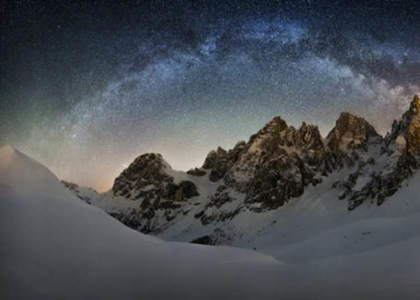 1º.ago.2016 - As estrelas da Via Láctea sobre a paisagem naturalmente colorida das Colinas Pintadas do Oregon, nos EUA, aparecem nesta imagem regsitrada por Nicholas Roemmelt