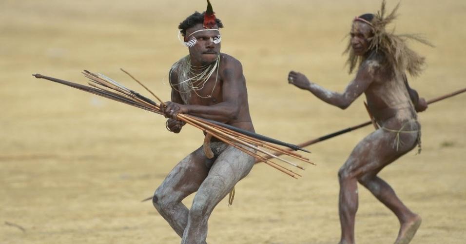 8.ago.2016 - Homens da tribo Dani fazem simulação de batalha em Wamena, na Indonésia. A apresentação faz parte de um festival que reúne tribos nas montanhas, para relembrar as tradições