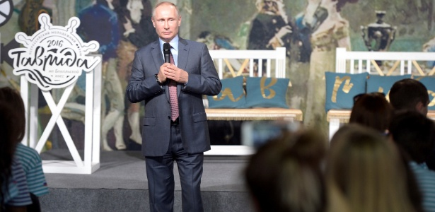 O presidente russo, Vladimir Putin, participa de fórum educacional em Bakal Spit, na Crimeia