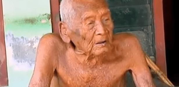 O indonésio Sodimejo tem seu túmulo preparado desde 1992