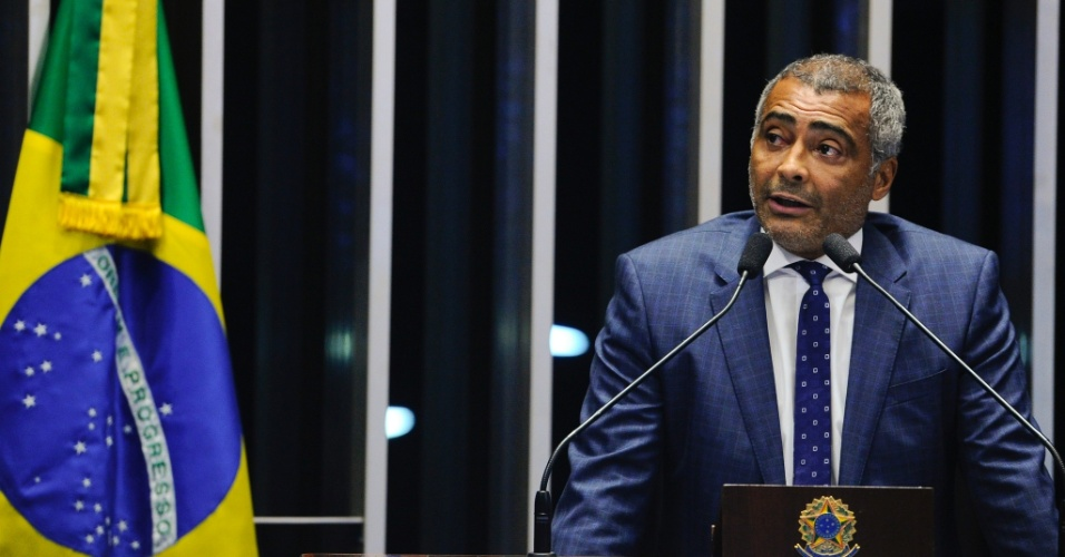 Romário durante discurso na tribuna do Senado no julgamento do impeachment de Dilma Rousseff