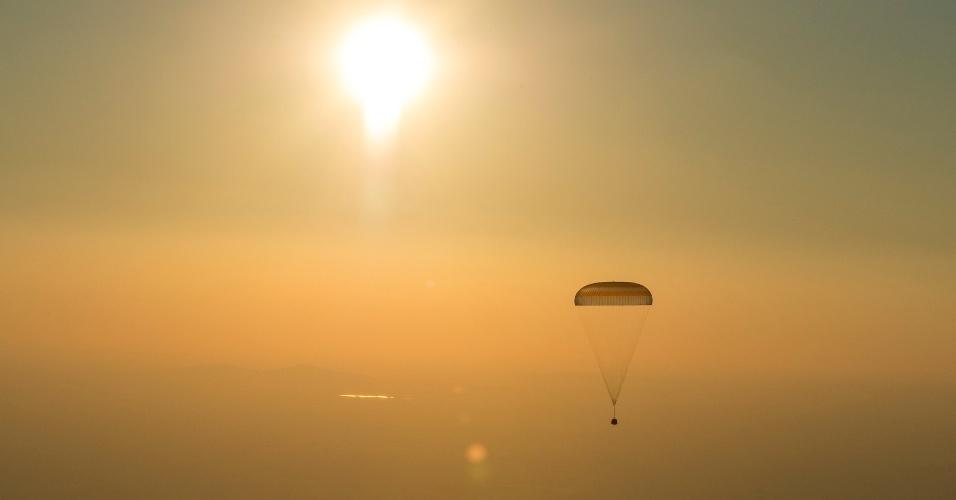 DE VOLTA À TERRA - A cápsula espacial Soyuz TMA-20M contendo três astronautas - o norte-americano Jeff Williams, e os russos Oleg Skriprochka e Alexey Ovchinin, desce em direção à Terra por um paraquedas. O grupo de astronautas estava na Estação Espacial Internacional e pousou com segurança no Cazaquistão. O norte-americano Williams bateu o recorde de permanência de um astronauta no Espaço durante sua missão, com 534 dias no total