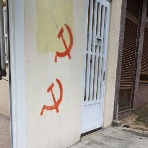 Símbolos pichados no prédio em que a professora Iseli Nantes mora