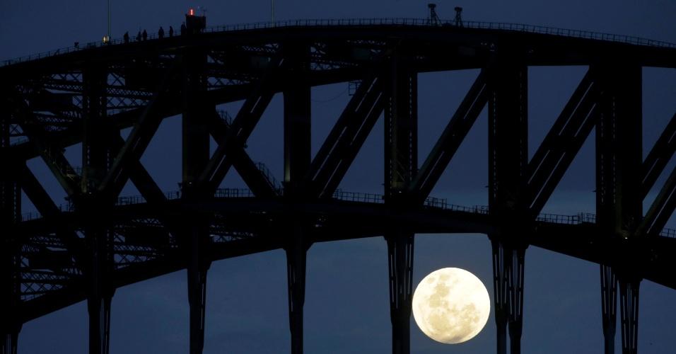 14.nov.2016 - Pessoas observam a superlua na Harbour Bridge, em Sydney