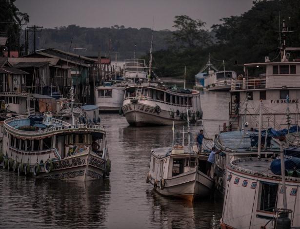 Barcos de pesca se aproximam do porto de Santana, próximo à cidade de Macapá (AP)