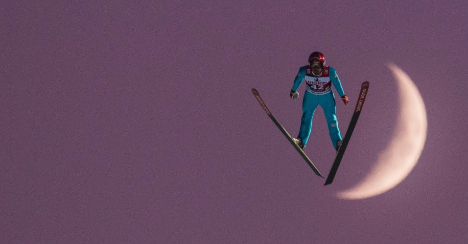 5.dez.2016 - Esquiador Vincent Descombes Sevoie da França salta na frente da lua durante o FIS Ski Jumping World Cup em Klingenthal, na Alemanha
