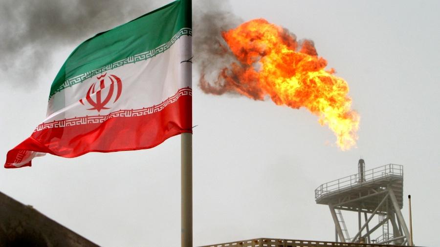 Bandeira do Irã tremula com plataforma de produção de petróleo ao fundo - Raheb Homavandi/ Reuters