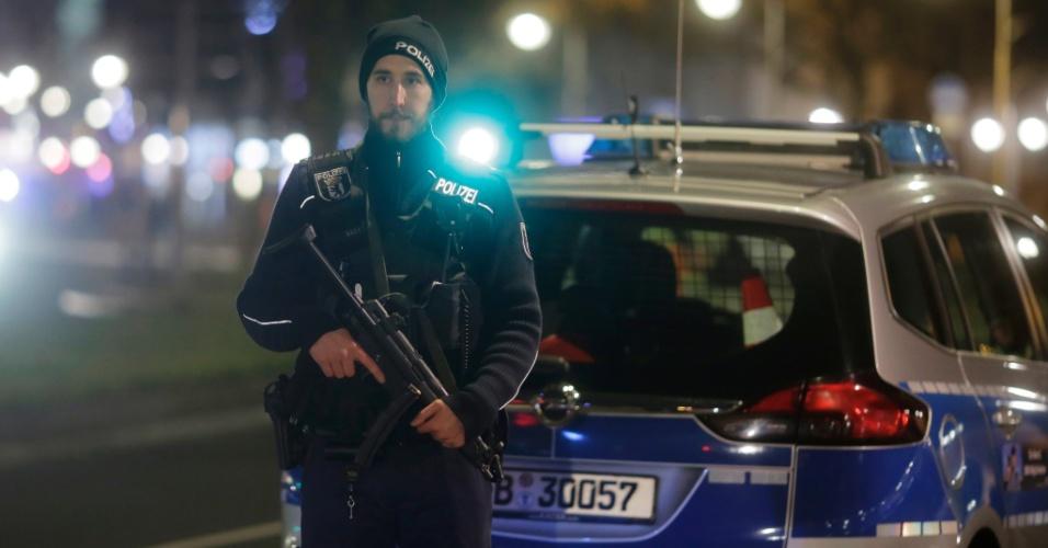 19.dez.2016 - Policiais patrulham as proximidades da feira natalina que foi atacada por um caminhão no oeste de Berlim, Alemanha