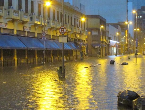 Chuva causa alagamento na rua 25 de Março, no centro de São Paulo (SP), nesta sexta