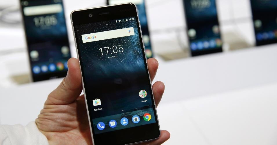 Foi lançado nesta segunda (27) na Mobile World Congress (MWC) o Nokia 5. Mais barato que o Nokia 6, o modelo tem corpo de alumínio, traz processador Snapdragon 430 (quad-core, 1,4 GHz), tela de 5,2 polegadas com baixa resolução 720p, sensor de digitais, câmeras de 13 MP (principal) e 5 MP (frontal), memória RAM de 2 GB e 16 GB de armazenamento