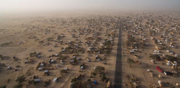 Campo de refugiados nigerianos que fugiram do Boko Haram na Rota Nacional 1, no Níger