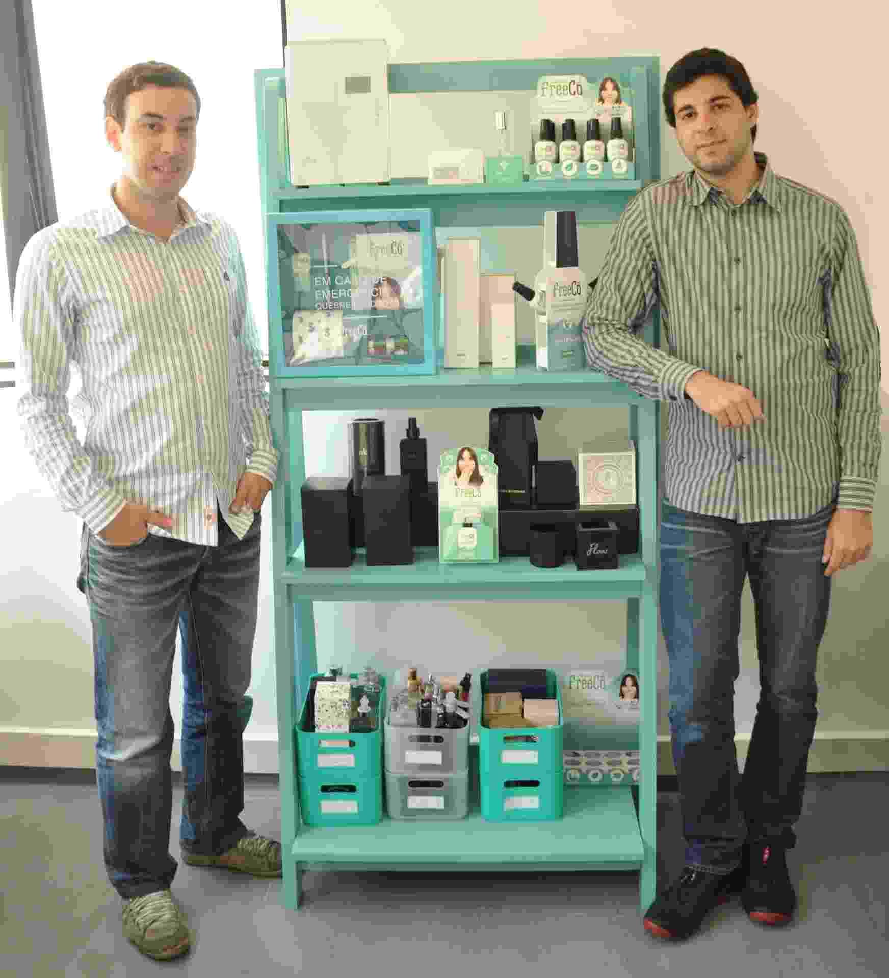 Os empresários Rafael Nasser, 26, e Renato Radomysler, 27, são donos da Freecô, que produz bloqueador de odores de banheiro - Divulgação