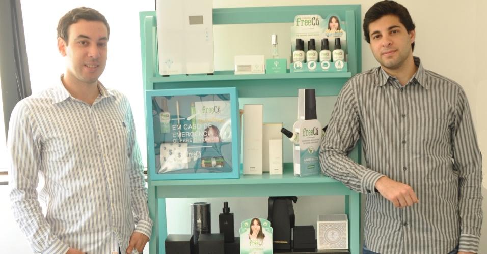 Os empresários Rafael Nasser, 26, e Renato Radomysler, 27, são donos da Freecô, que produz bloqueador de odores de banheiro