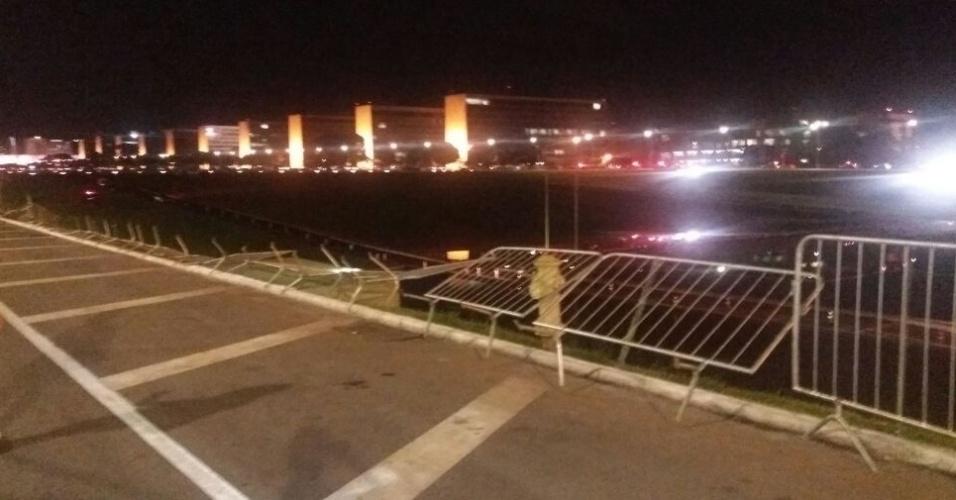 18.mai.2017 - Protesto já havia acabado em Brasília quando um grupo de manifestantes entrou em confronto com a Polícia Militar. Eles tentaram invadir o Palácio do Planalto, tentando arrancar as grades que isolam a área. Os policiais utilizaram spray de pimenta e bombas de efeito moral
