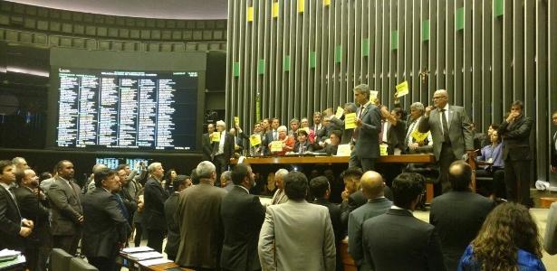 24.mai.2017 - Protesto contra o presidente Michel Temer no plenário da Câmara