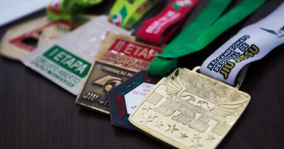 Ex-dependente químico, o hoje atleta de jiu-jítsu Jhones Anderson da Cruz Quintiliano passou por tratamento e hoje trabalha como missionário junto a usuários da cracolândia em SP. Desde 2014, ele já tem uma coleção de medalhas