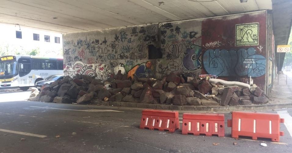 Debaixo do viaduto Engenheiro Noronha, que dá acesso ao Túnel Santa Bárbara, em Laranjeiras, a Prefeitura colocou pedras para que ninguém se instalasse ali
