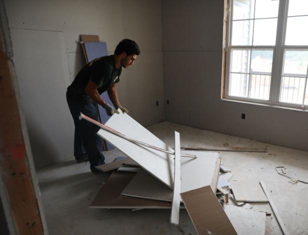 Imigrante trabalha em construção de casa nos EUA